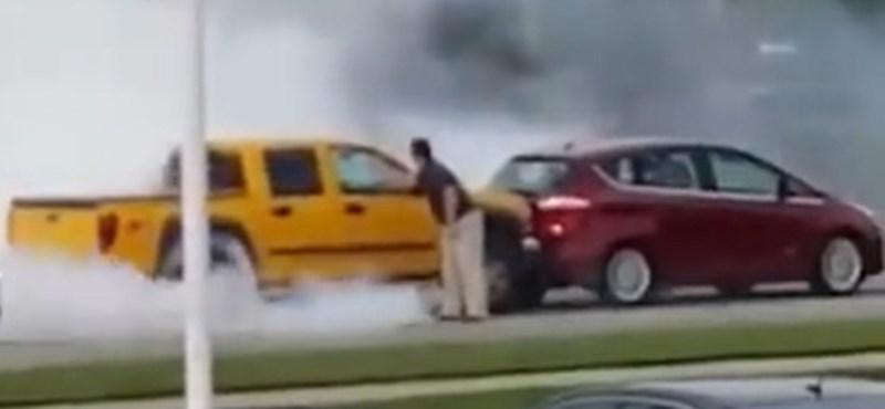 Élete gumifüstölését csinálta egy autós, de biztos nem így képzelte - videó