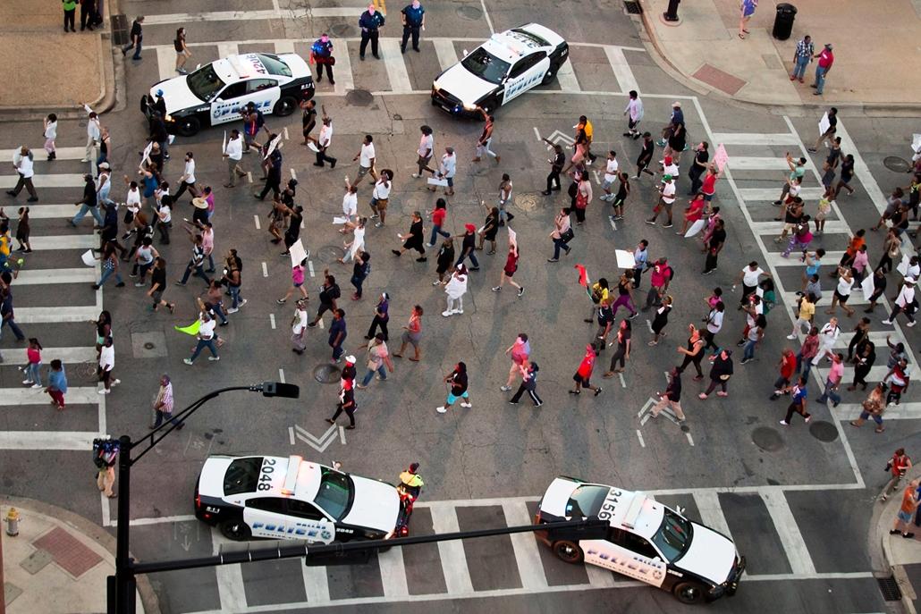 AP  !!! júl 21-ig !!! - Rendőrök egy utcai harc során, miután két férfi tüzet nyitott rájuk az amerikai rendőri túlkapások elleni tüntetésen a Texas állambeli Dallasban 2016. július 7-én éjjel. A zavargásba torkollt tiltakozáson négy rendőrt agyonlőttek,