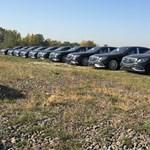 Nagyjából 500 millió forintnyi Mercedes-Maybach parkol ezen a pesti mezőn - fotó