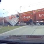 Életre szóló leckét kapott a vasúti átjáróban egy türelmetlen biciklis – videó