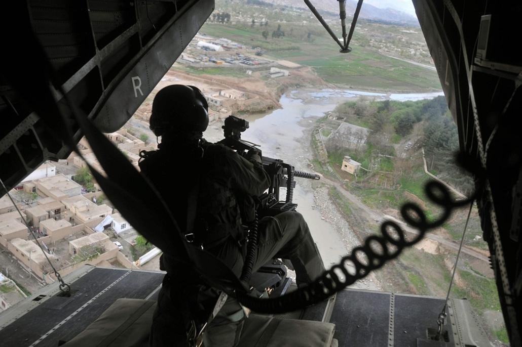 afganisztánban - 2010. március 30. Német katonai helikopter biztosít Puli-Humri felett, ahol a Camp Pannónián magyar katonák a Tartományi Újjáépítési Csoportban szolgálnak.
