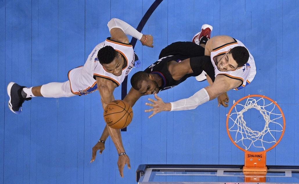 epa.16.03.10. -  Oklahoma City, USA: Chris Paul, a Los Angeles Clippers (k), Russell Westbrook (b) és Enes Kanter, az Oklahoma City Thunder játékosai az észak-amerikai profi kosárlabda-bajnokság mérkőzésén. - 7képei