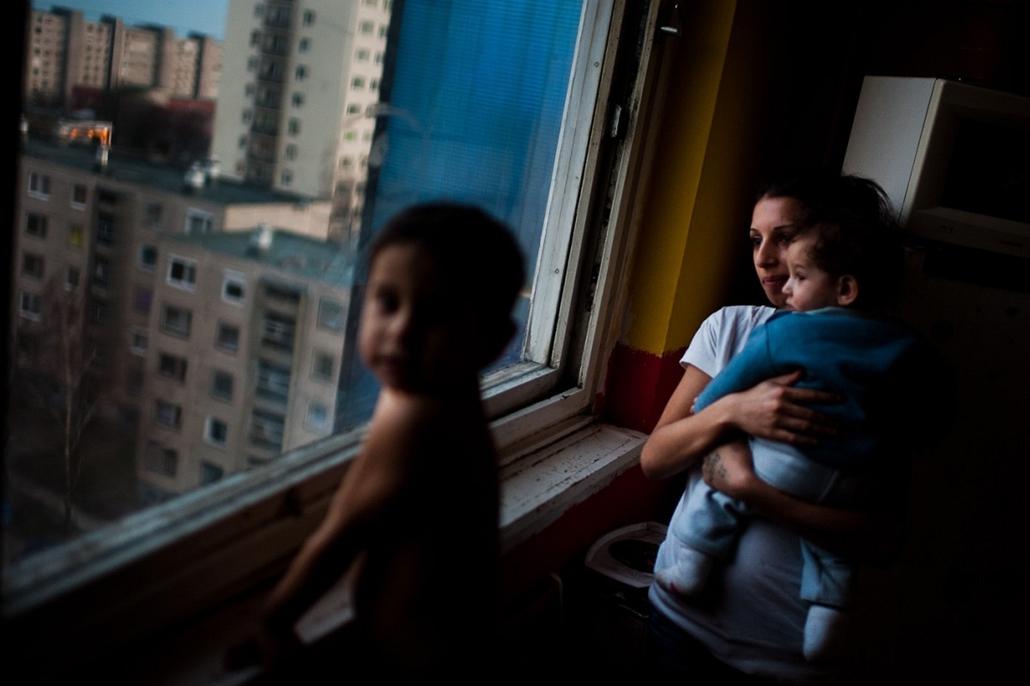 Sajtófotó 2011 - Nagyítás-fotógaléria - Társadalomábrázolás, dokumentarista fotográfia - egyedi - 2. helyezett: Cigánysorról a panelbe