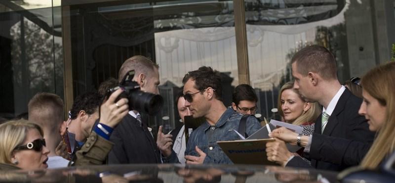 Friss fotók: Elkapták a magyar rajongók Jude Law-t a Greshamnél