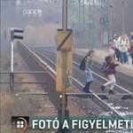 Piros volt a jelzés, dudált a vonat, mégis átmentek a síneken