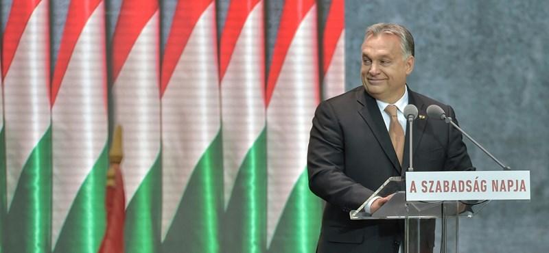 EU-s támogatásból vett kisbuszokkal vihették a nézőket Orbán nagy beszédére