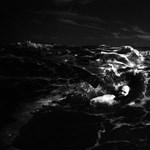 Fotósorozat a háborgó tenger és az ember kapcsolatáról