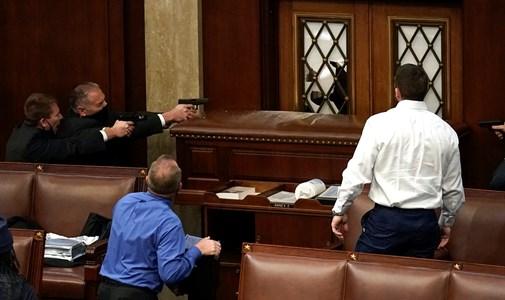 Trump hívei betörtek a Capitoliumba az elnökválasztás eredményét hitelesítő ülés közben