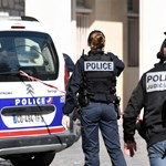 Katonák közé hajtott egy jármű Párizs elővárosában – elfogták a merénylőt