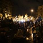 Gyertyákat gyújtottak a demonstrálók a Nagy Imre-szobor hűlt helyén a Kossuth téren