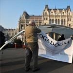 Újra tüntetnek a Kossuth téren: civil szervezetek tiltakoznak a közoktatási tervezet ellen