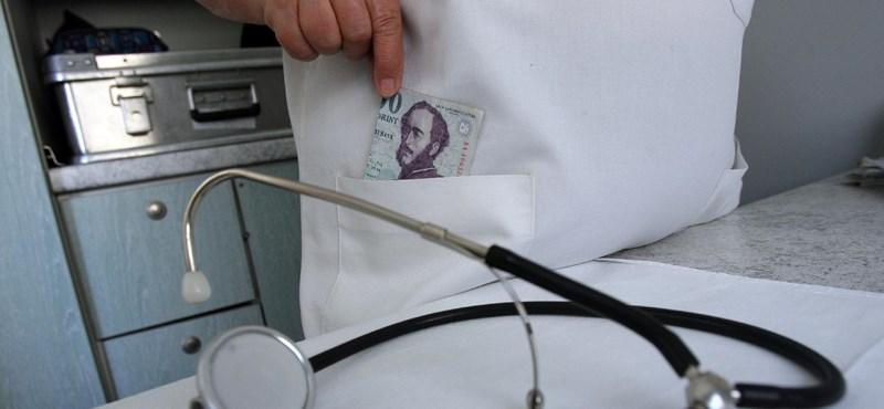 Kitüntetettek egy orvost, akinek a hálapénz miatti felfüggesztett börtönbüntetése most is érvényben van