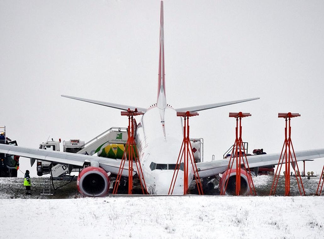 Az Air Berlin légitársaság Boeing 737-es repülőgépe Dortmund repülőterén 2010. január 3-án: a spanyolországi Las Palmasba induló utasszállító 165 utassal és 5 főnyi személyzettel a fedélzetén kicsúszott a felszállópályáról azt követően, hogy a pilóta megszakította a felszállást. A balesetben senki sem sérült meg. Németországban az elmúlt napok rendkívül havas időjárása miatt veszélyessé vált az utazás.