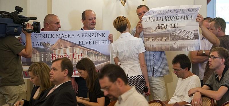 A közgyűlésen tüntettek a CET-en dolgozó vállalkozók