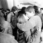 Ez a szerelem: berontottak a rablók, ők tovább csókolóztak (videóval)
