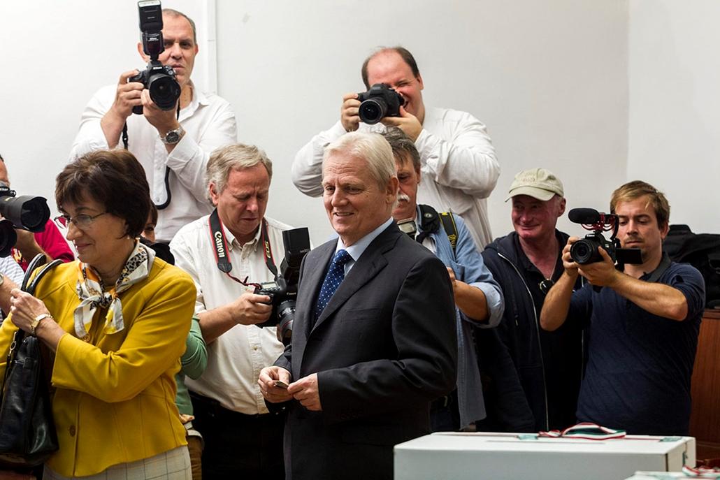 mti. választás 2014, önkormányzati választások 2014.10.12. Budapest Tarlós István főpolgármester, a Fidesz-KDNP főpolgármester-jelöltje (k) és felesége, Nagy Cecília (b) az Óbudai Waldorf Iskolában, a III. kerületi 19. számú szavazókörben az önkormányzati