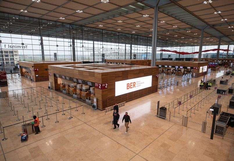 Kilenc év késéssel, de végre megnyílt Berlin botrányos reptere