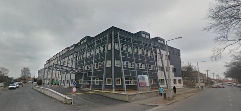 A mátészalkai kórház parkolójában elesett az idős orvos, másnap meghalt