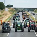 Szekszárdon traktorral ballagtak a diákok
