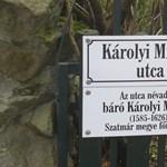 Trükkös utcatábla Károlyi Mihályról egy kormánypárti városban
