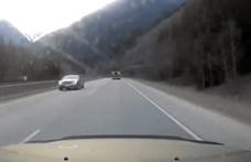 Az autópálya rossz oldalán menekült valaki egy lopott Bentley-vel – videó