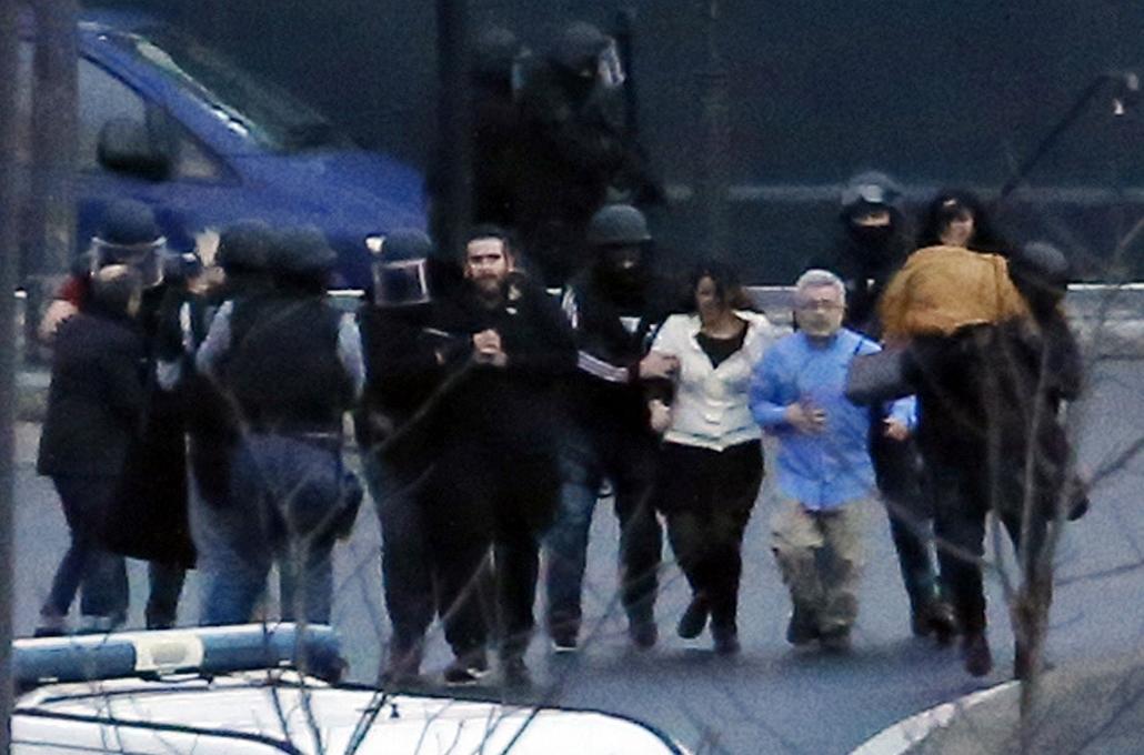 afp.15.01.09. - támadás_ - Párizs, Franciaország: megrohamozták a támadókat - Charlie Hebdo,Párizsi vérengzés