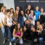 Ricky Martin gyermekotthonokban élő fiatalokkal találkozott tegnapi koncertje előtt