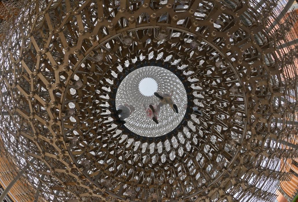 """kka.15.05.0y. - Milánó, Olaszország: Világkiállítás - A brit köztéri közösségi építményeket alkotó művész interaktív hangeffektusokkal ellátott szerkezete a méhek társadalomalkotó szerepére és tökéletesen funkcionális """"építészetére"""" koncentrál."""