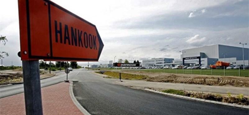 Plakátokon üzengetnek a Hankook-gyárban a sztrájkolóknak