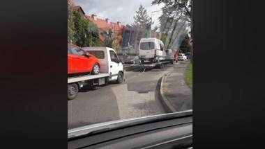 30 méteres térler-potkocsi-tréler-pótkocsi vontatást videóztak Szolnokon