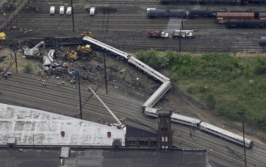 AP_! - máj.28-ig_! - 15.05.14. - Philadelphia, USA: műszaki mentők dolgoznak Philadelphiában, miután az éjjel kisiklott egy személyszállító vonat a pennsylvaniai városban.