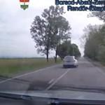 Pont a rendőrautót sikerült szabálytalanul megelőznie ennek az autósnak – videó