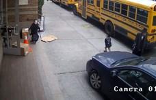 Gyerekek közt, a járdán, a sulibusz mellett tört utat magának egy autós - videó