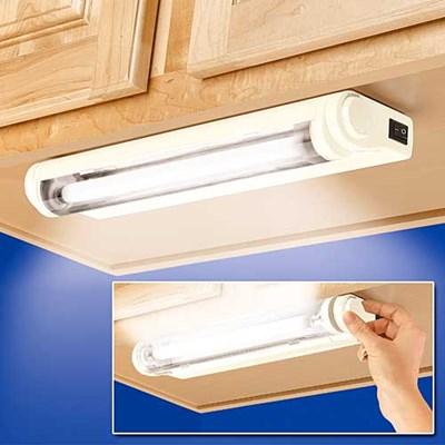 3451e6002709 ... viszont nem szeretne a hosszabbító vezetékében sem botladozni? Ez az  erős fényű, LED fényforrással működő asztali lámpa 3 AAA méretű elemmel  működik.