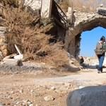A lebombázott Aleppóban turistáskodott egy lány, és levideózta az egészet