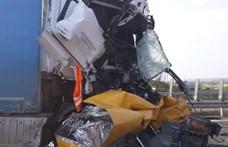 Letarolta a közútkezelő járművét egy kamion az M1-esen – videó a helyszínről