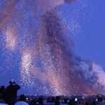 Tízezer mobil fénye és felrobbant hordozórakéta a hét képein - Nagyítás-fotógaléria