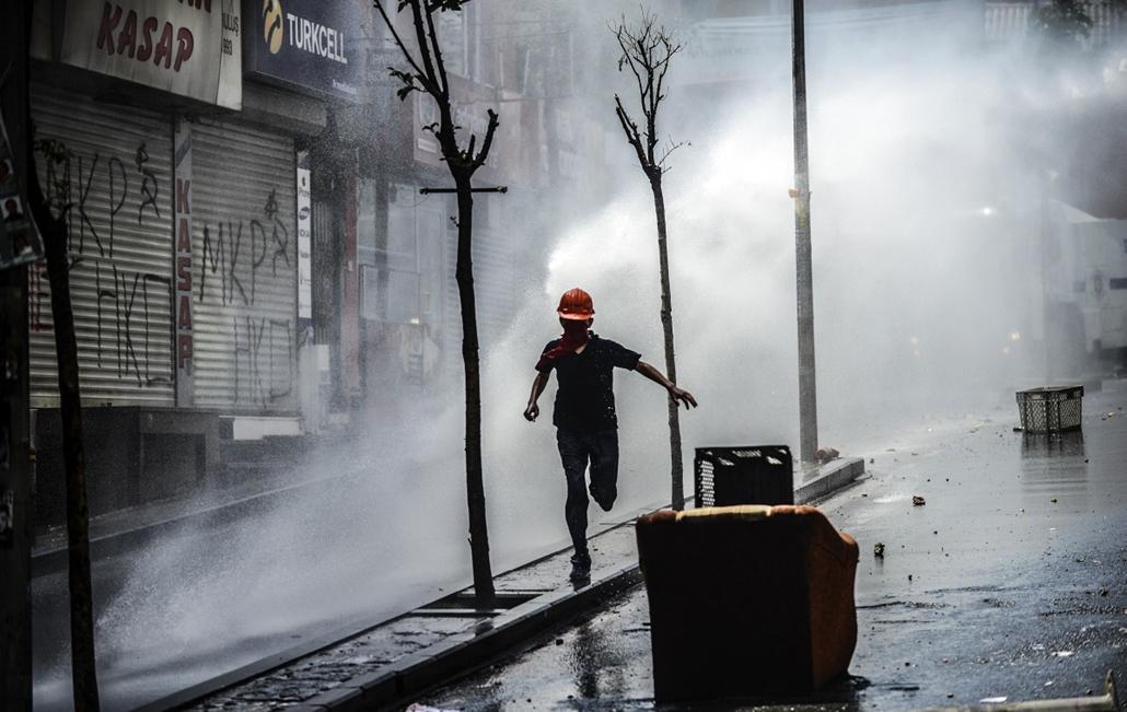 afp.14.05.22. - Isztambul, Törökország: tüntető menekülése a rendőrség vízágyúja elől. - 7képei nagyítás