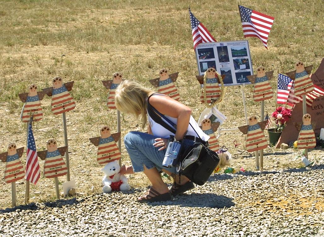 afp.02.09.11. Egy nő a Pennsylvania állambeli Shanksville-ben lányára emlékezik, egy évvel a terrortámadás után.