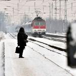 Máris lerendezte a havazás a váci vasútvonalat