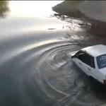 Autómosás helyett: fürödni vitték a Lada Samarát - videó