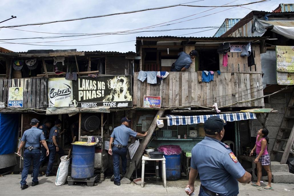 afp.16.11.06. Házkutatást tartó rendőrök Manilában. Fülöp-szigetek, drogháború