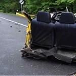 Fotók: Teljesen kettészakadt egy Lada egy balesetnél Mátraterenyénél