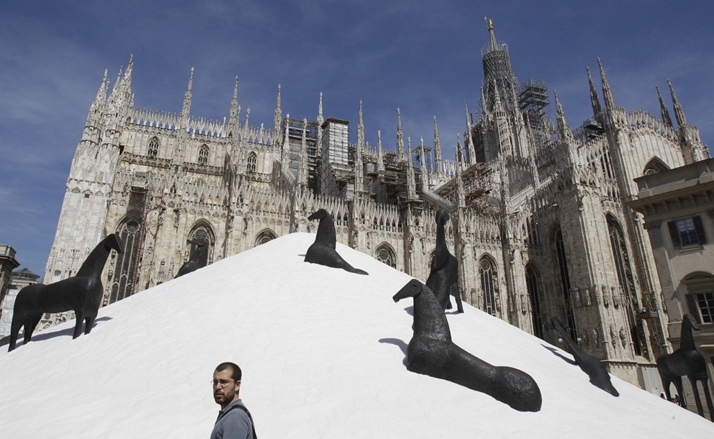 Olaszország - járókelő sétál el az olasz művész, Domenico Paladino ''Il muro di sale'' (Sófal) installációja előtt Milánóban.
