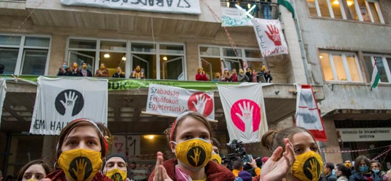 Átvették a Vas utcai ellenállás jelképeit a fővárosi színházak