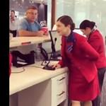 Így csinált ünnepi hangulatot az utasoknak egy ausztrál légitársaság munkatársa – videó