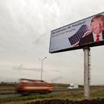 Óriásplakáton üzenik Trumpnak Koszovóból: gyógyuljon meg mielőbb