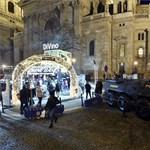 Körbeszalagozott harci járművel és fegyveres kommandósokkal őrzi a TEK a karácsonyi vásárt - fotók