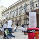 Demeter Szilárd ellen tiltakoztak a Petőfi Irodalmi Múzeum előtt