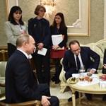 Videó: Putyin alól szó szerint kihúzzák a széket